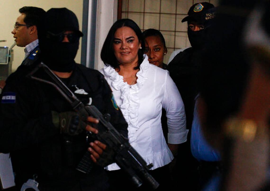 La ex primera dama hondureña Rosa Elena Bonilla de Lobo sonríe al llegar a la corte donde se le juzgó por delitos relacionados con corrupción en Tegucigalpa el martes 20 de agosto de 2019. La exposa del expresidente Porfirio Lobo fue encontrada culpable. Las autoridades la acusaron de apoderarse de dinero público.